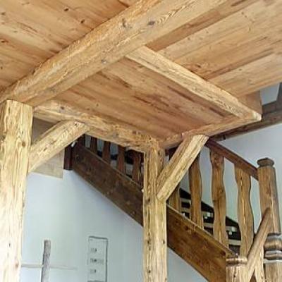Balkendecke mit Treppenaufgang
